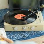 หวนคืนยุค 90 อีกครั้งด้วยเครื่องเล่นเพลงแบบแผ่นเสียง Gadhouse Brad Retro สำหรับแฟนเพลงยุค 90 แน่นอนว่าต้องเคยเห็นเครื่องเล่นแผ่นเสียงผ่านตามาแน่ๆ ไม่ว่าจะเป็นของคุณปู่คุณตา